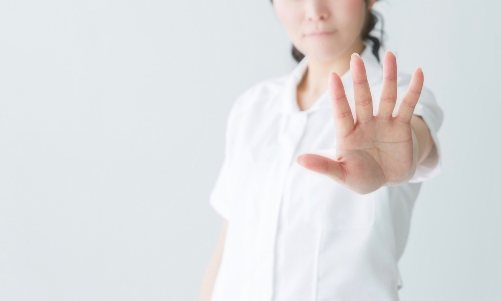副業の申告漏れを注意する女性