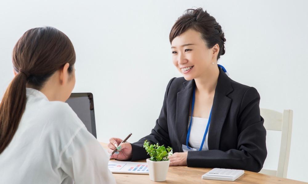 副業の税金を説明する女性