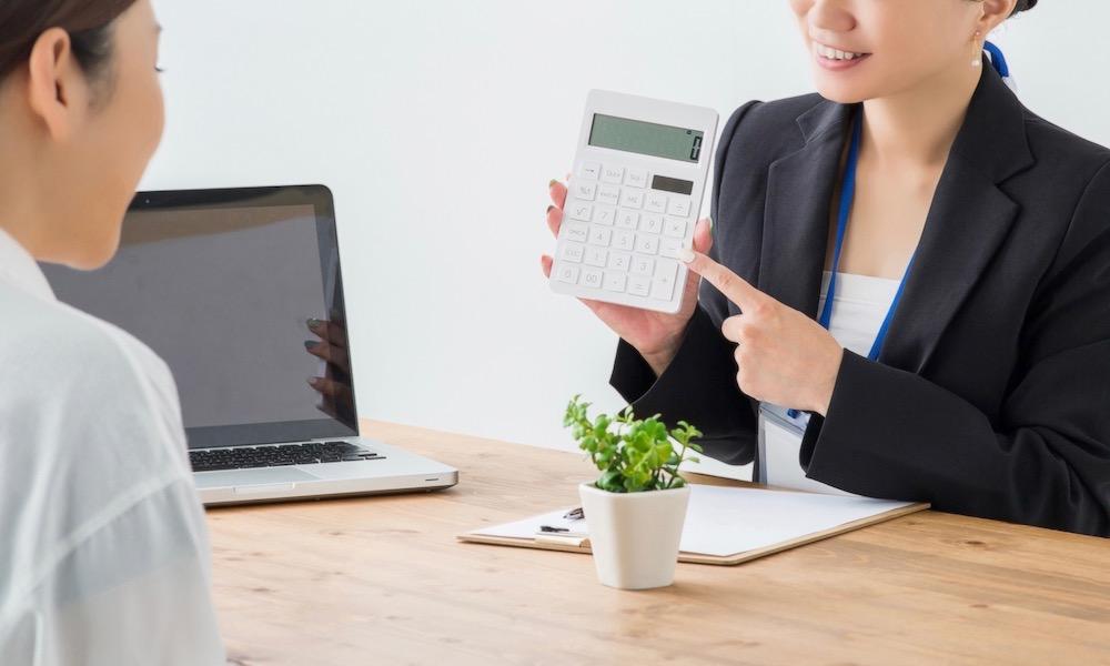 相続税の税金を計算する女性