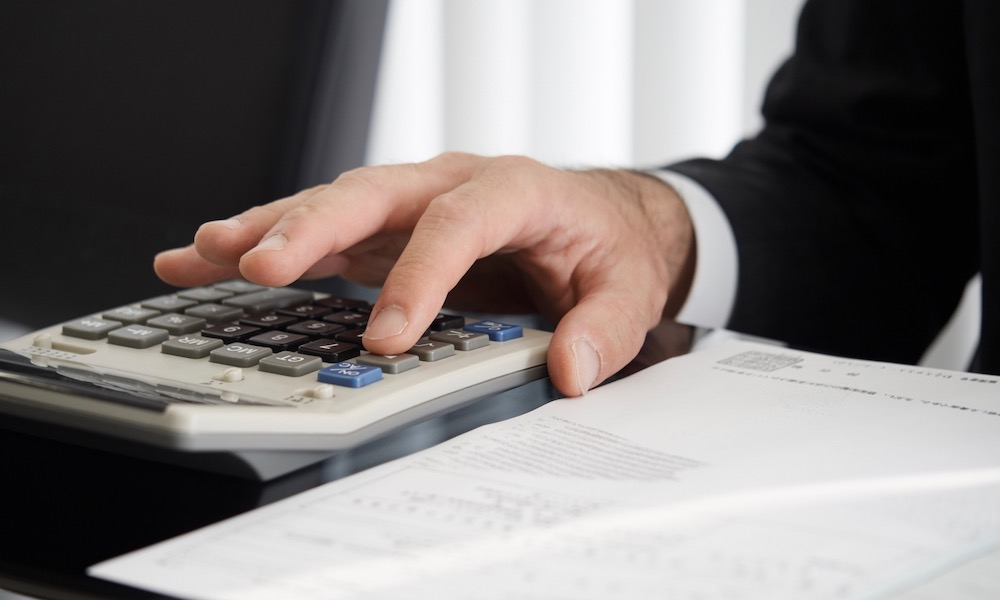 固定資産税の税金を計算する男性