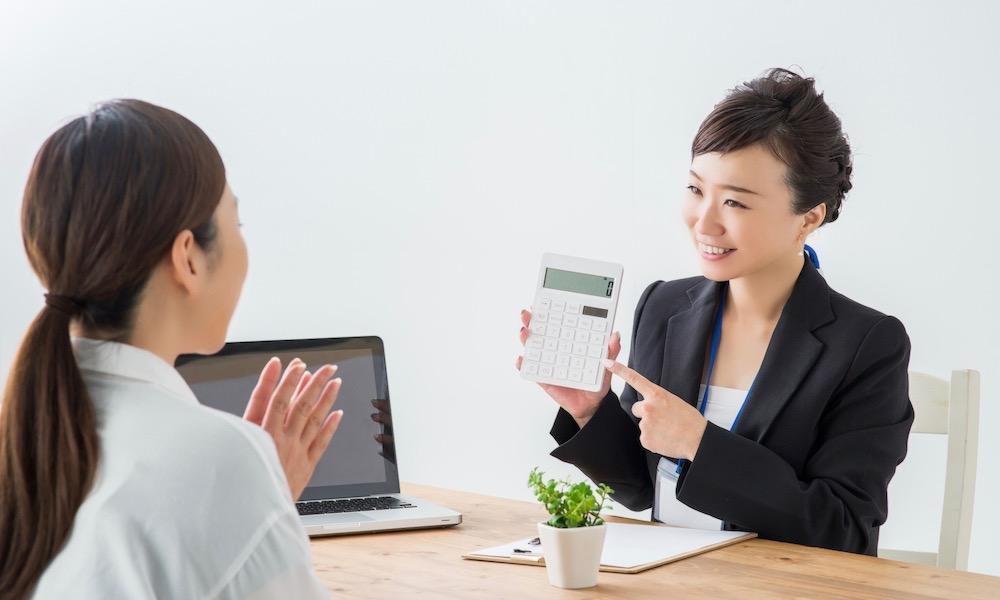 イデコの節税金額をシミュレーションする女性