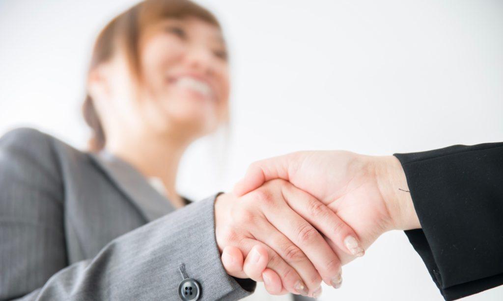 クライアントと良好な関係のライターが握手