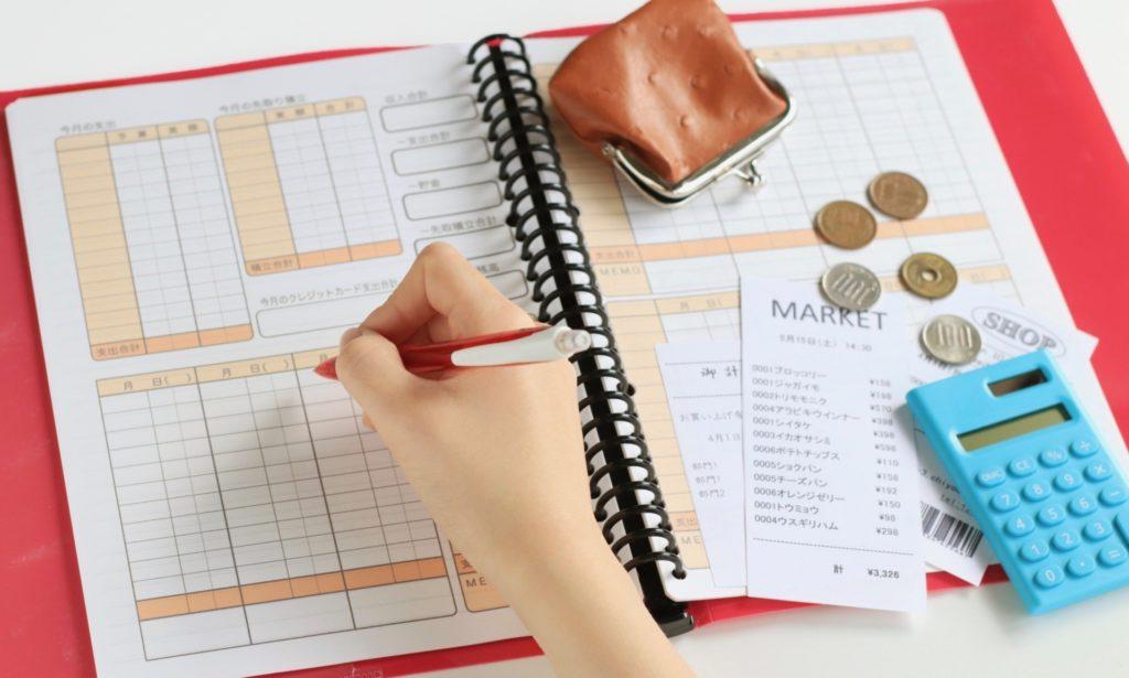 消費税の増税後のオムツを計算する女性