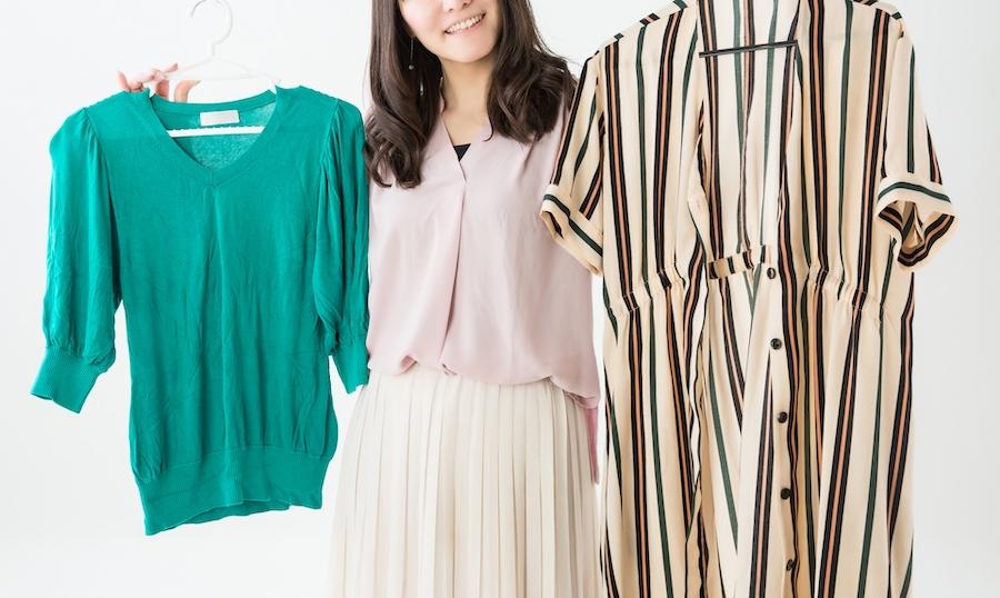 服を選んでいる20代一人暮らし女性