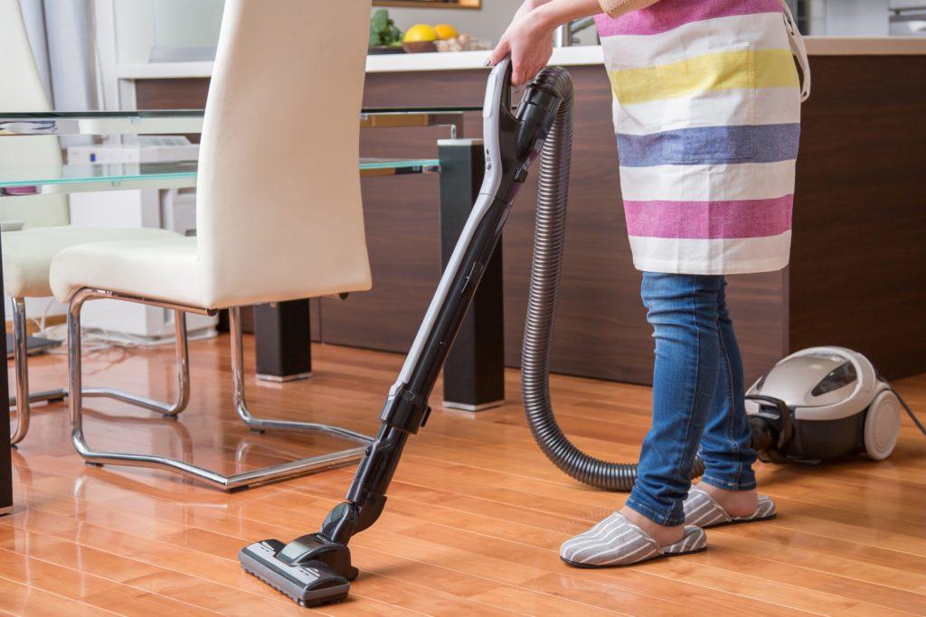 効率よく掃除をする女性