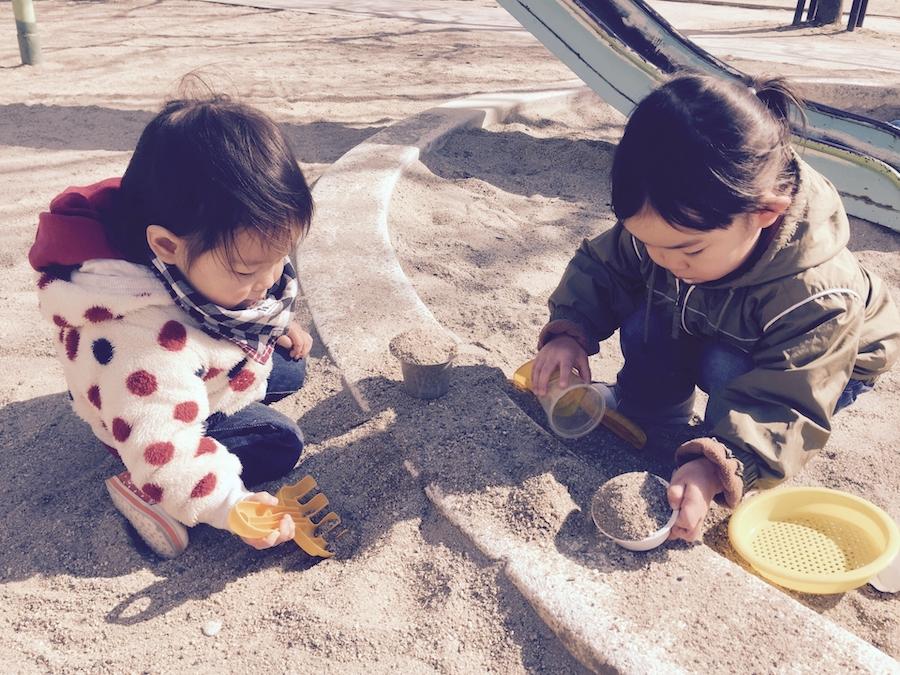 砂遊びをして待つ下の子