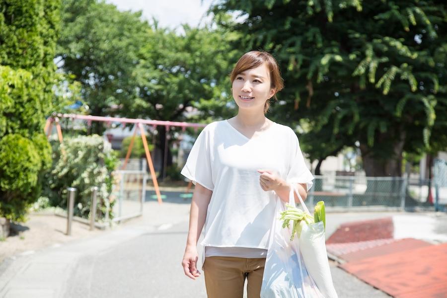 効率よく買い物をする女性