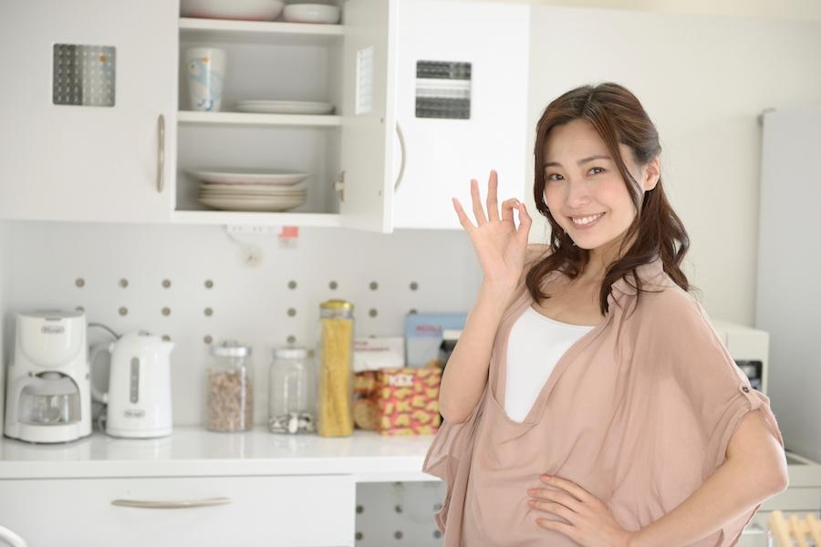 効率よく料理をする女性