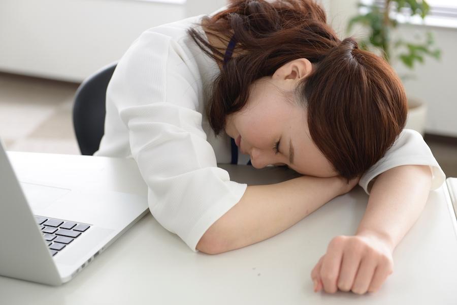 ポイ活に疲れて休憩している女性