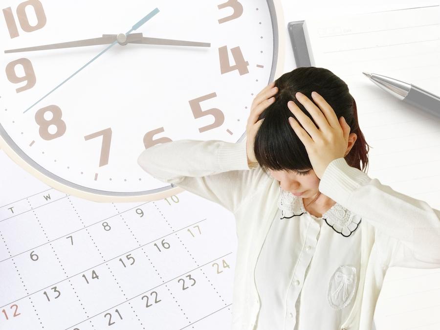 忙しいスケジュールに悩む女性