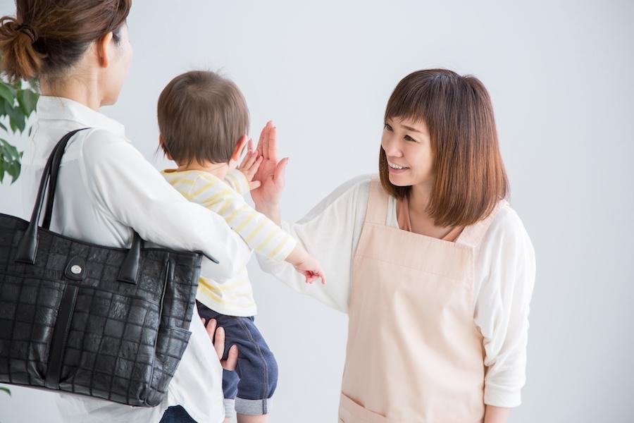 卒園式や入学式で下の子を預けるママ
