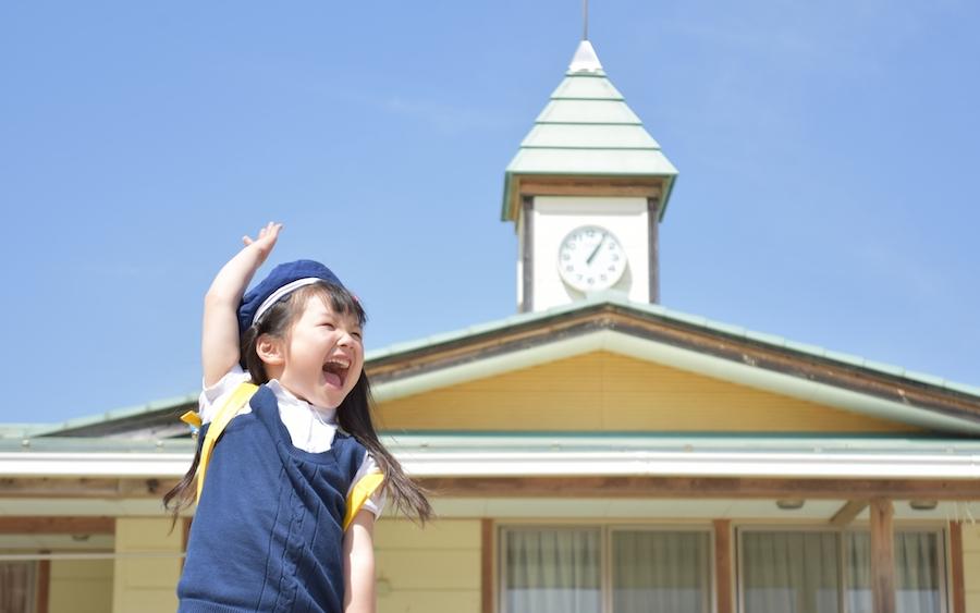 卒園式と入学式を楽しむ子供