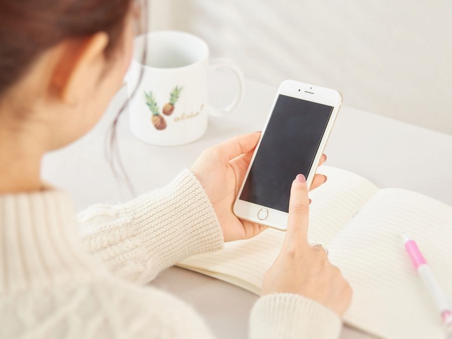 電話代の仕訳と勘定科目を調べる女性