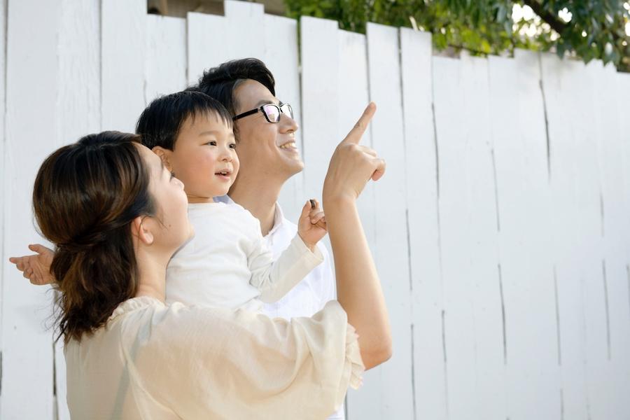 理想のマイホームに喜ぶ家族